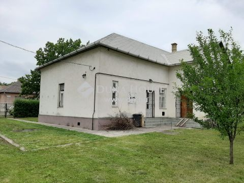 Eladó Üzlethelyiség, Jász-Nagykun-Szolnok megye, Jászkisér - Központ közelében.